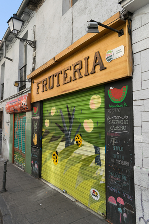 Fruit shop with vibrant and colourful grafiti on entrance Stockfoto - 98839517