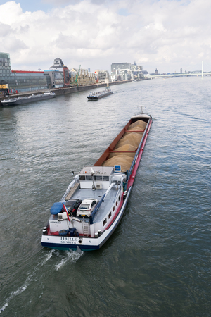 Cargo Ship Bulk Load River Rhine Cologne Germany Transportation Industrial Goods Water. Stockfoto