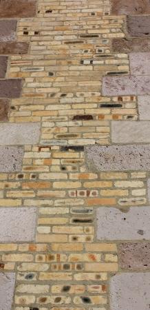 Uma parede de tijolo decorativo e colorido na Catedral da Imaculada Concei Imagens