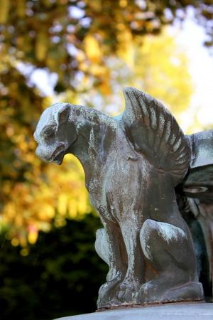 Uma pequena gárgula em um dia ensolarado no Forest Lawn Cemetery, Buffalo, NY, EUA Imagens