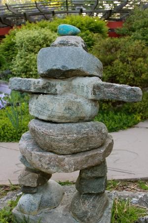 Um monte de pedras inuksuk ou em um parque, marcando um rastro Imagens