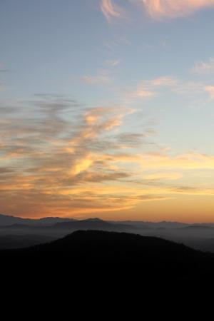 Alvorecer sobre os contrafortes da cordilheira Sierra Madre Occidental perto de Mazatlan, M