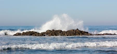 Ondas quebrando em um recife rochoso no Oceano Pac