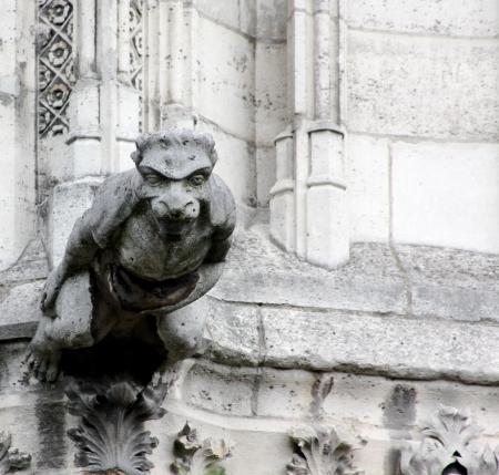 Um solitário, estendida gárgula de pedra parece estar subindo em linha reta fora da Catedral de Notre Dame, Paris, França Imagens