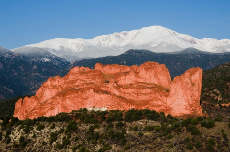 A beautiful image taken the morning after a May storm which left a cap of fresh snow on Pikes Peak and added texture to the Kissing Camels in Garden of the Gods Park, Colorado SPrings, Colorado Фото со стока