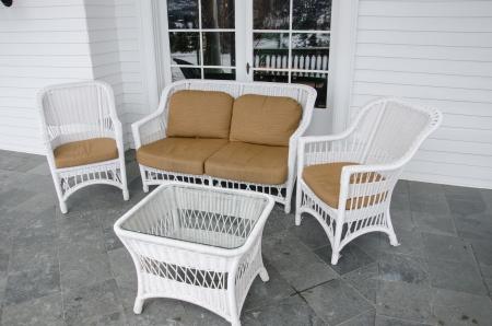 patio furniture: Bianco vimini patio mobili deciso di rilassarsi e godersi la vista delle montagne del Colorado.