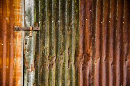 lineas verticales: Paneles de pared exteriores granero de metal oxidado con l�neas verticales paralelas y m�ltiples colores en luz de la ma�ana