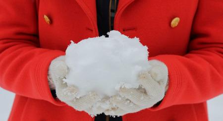 boule de neige: En tenant une boule de neige Banque d'images