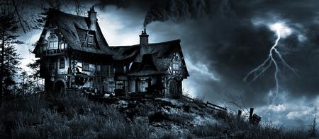 Stormachtige lucht over de oude herberg