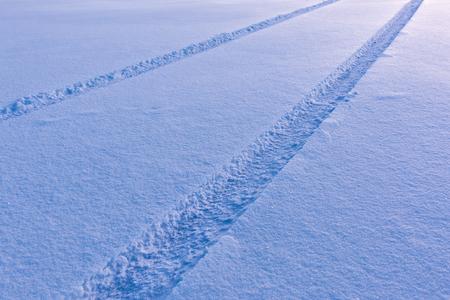 huellas de llantas: neumático de coche pistas en la nieve