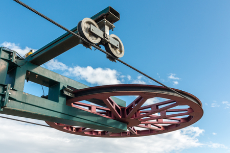 Mécanisme de roue de remontées mécaniques et câble Banque d'images - 93699110