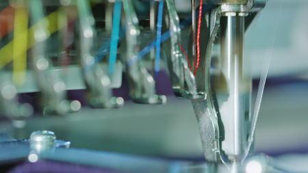 Borduurmachine begint te borduren met een naald op de stof