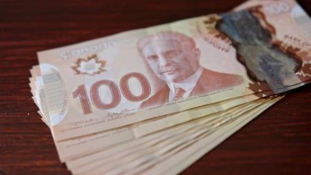 Lublin, Pologne - septembre 2017: Tas de billets de cent dollars canadiens sur une table. Photo en gros plan