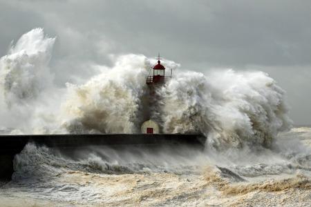 Ingresso del porto di fiume Douro sulla prima grande tempesta dell'anno; Raffiche di vento raggiungono i 140/150 Km; foto scattata il 19 Gennaio 2013. Archivio Fotografico - 29458711