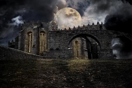Kleur middeleeuwse halloween landschap met maan en middeleeuwse Europese abdij Stockfoto