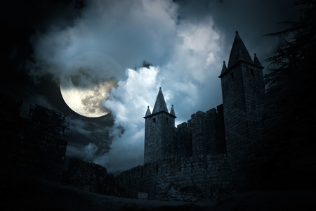 Mysterieus middeleeuws kasteel in een volle maan 's nachts Stockfoto