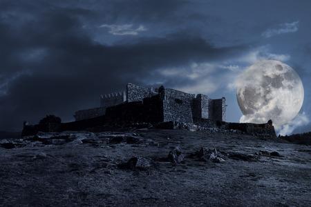 Composición oscura medieval con el castillo viejo, las nubes y la luna llena en la noche