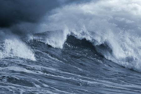 olas de mar: Atl�ntico detallada tormentoso gran ola; tonos azul, cielo mejorada