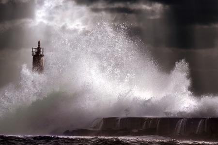 the granola: Onda de la tormenta grande contra el faro de Vila do Conde, al norte de Portugal (cielo mejorado)