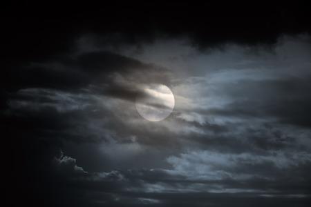 luz de luna: Oscuro nublado noche de luna llena Foto de archivo