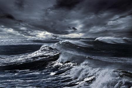 Storm in oceaan met grote winderige golven; Noord-Atlantische kust; verbeterde hemel; afgezwakt blauw Stockfoto