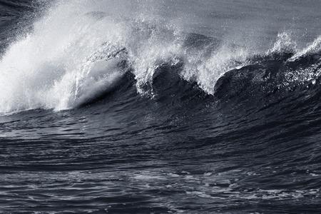 the granola: Gran ruptura WaveIn una ma�ana tormentosa pero soleado. Tonos azules en blanco y negro.