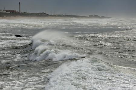 granola: Gran ola acercarse a la costa del norte de Portugal Foto de archivo