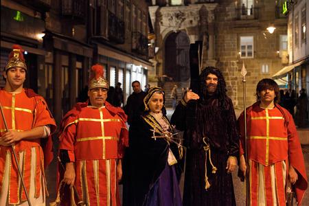 soldati romani: Braga, Portogallo - 1 Aprile 2010: figuranti, soldati romani, Ges� con la croce e la Madonna Addolorata in posa dopo la settimana santa processione di Ecce Homo (High ISO foto)