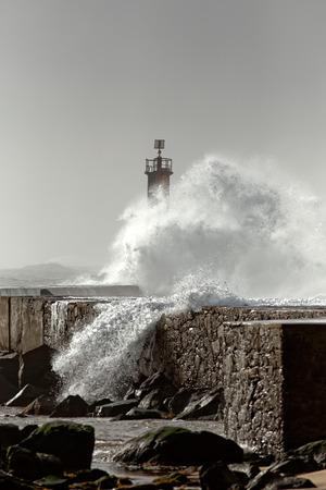 灯台上に大きな波。ヴィラは、コンデ、ポルトガルを行います。