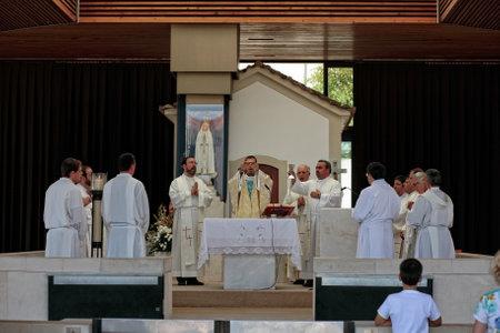 Fátima, Portugal - 5 de julio de 2010: Misa Ceremonial en el Santuario de Fátima, Portugal, cerca de la Capilla de las Apariciones, con la presencia de varios sacerdotes y obispos Foto de archivo - 36137055