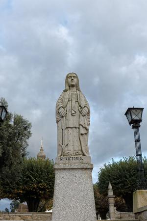 humilde: Esposende, Portugal - 28 de noviembre 2014: Granito estatua de Santa Victoria, una de las hermanas de Santa Marinha (leyenda de los nueve santos hermanas), incluido en la escalera de Santa Marinha iglesia cat�lica, Forj�es, al norte de Portugal
