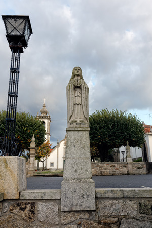 humilde: Esposende, Portugal - 28 de noviembre 2014: Granito estatua de Santa Eufemia, una de las hermanas de Santa Marinha (leyenda de los nueve santos hermanas), incluido en la escalera de Santa Marinha iglesia católica, Forjães, al norte de Portugal
