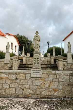 humilde: Esposende, Portugal - 28 de noviembre 2014: Granito estatua de Santa Marinha incluido en la escalera de Santa Marinha iglesia cat�lica, Forj�es, al norte de Portugal