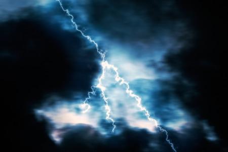 electric lightning: Rel�mpago en una noche oscura de tormenta
