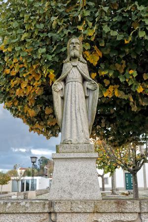 humilde: Esposende, Portugal - 28 de noviembre 2014: estatua de granito humilde de Cristo Rey incluido en la escalinata de Santa Marinha iglesia cat�lica, Forj�es, al norte de Portugal