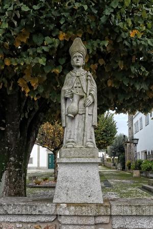 humilde: Esposende, Portugal - 28 de noviembre 2014: estatua de granito Humble de Santo Ovidio incluido en la escalera de Santa Marinha iglesia cat�lica, Forj�es, al norte de Portugal
