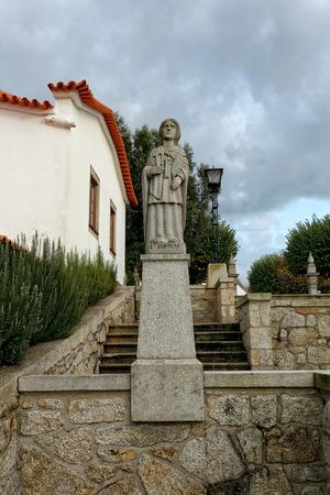 humilde: Esposende, Portugal - 28 de noviembre 2014: Granito estatua de Santa Genivera, una de las hermanas de Santa Marinha (leyenda de los nueve santos hermanas), incluido en la escalera de Santa Marinha iglesia cat�lica, Forj�es, al norte de Portugal