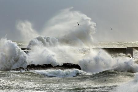 granola: Grandes olas de tormenta contra un muelle de la costa del norte de Portugal