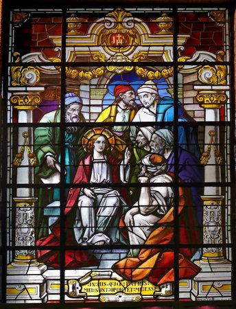 scholars: Porto, Portugal - 23 de marzo 2015: Vidriera de iglesia de Lapa que representa una escena b�blica del Nuevo Testamento, Jes�s joven entre los estudiosos