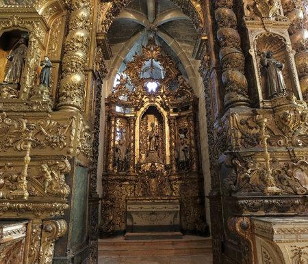 retablo: Porto, Portugal - 23 de marzo 2015: capilla lateral y San Antonio retablo de la monumental iglesia de San Francisco (foto de alto ISO)