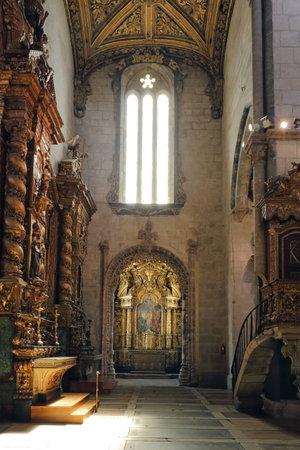 retablo: Porto, Portugal - 23 de marzo 2015: Uno de la capilla lateral y retablo de la monumental iglesia de San Francisco (foto de alto ISO) Editorial