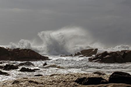 mare agitato: Mare mosso. Fine dell'estate. costa portoghese occidentale.