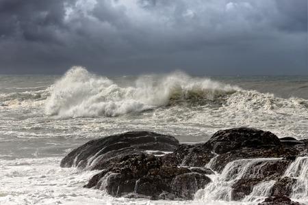 Big waves crashing against rocks from the west portuguese coast Archivio Fotografico