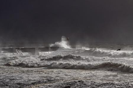 cielo y mar: Tormenta del mar oscuro en la desembocadura del r�o Douto, Porto