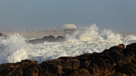 mare agitato: Spiaggia Leca da Palmeira, a nord del Portogallo, con mare mosso in una bella giornata di sole. Punto Surf. Archivio Fotografico
