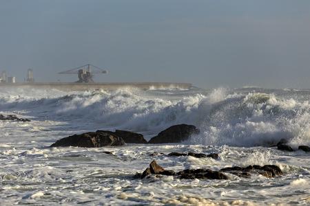 mare agitato: Spiaggia Leca da Palmeira, a nord del Portogallo, con mare mosso in una bella giornata di sole. Flood Tide. Punto Surf.