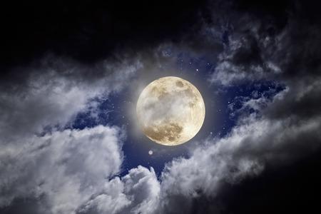 noche y luna: Luna llena en una noche nublada con las estrellas