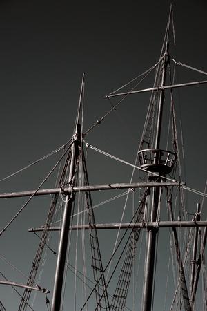 caravelle: Mâts et le gréement d'une caravelle portugaise à partir du moment de la découverte. Virage en noir et blanc.