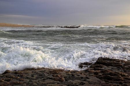 mare agitato: Costa portoghese al tramonto con il mare mosso