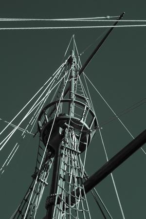 caravelle: Le nid et le gréement Crow d'une caravelle portugaise réplique à partir du moment de la découverte. Vila do Conde, nord du Portugal. Filtre infrarouge occasion.